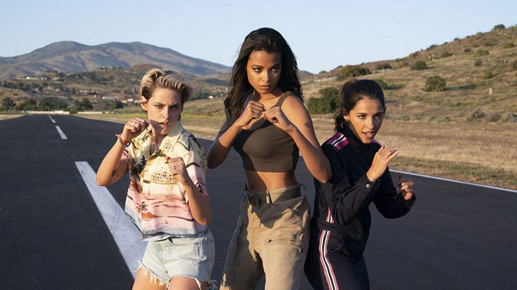 aksi Kristen Stewart, Naomi Scott dan Ella Balinska dalam film Charlies Angels