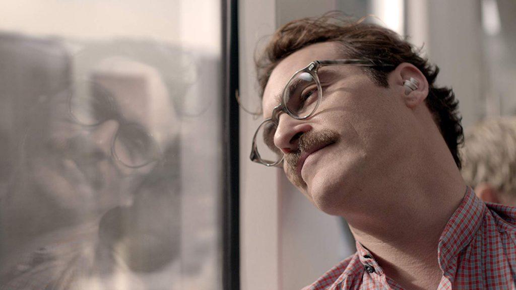 Theodore (Joaquin Phoenix) merasa sulit dipahami dalam film Her (2013)