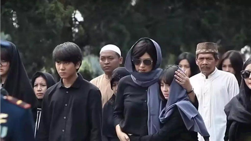 Dilan (Iqbaal Ramadhan) datangi pemakaman dalam Milea Suara dari Dilan