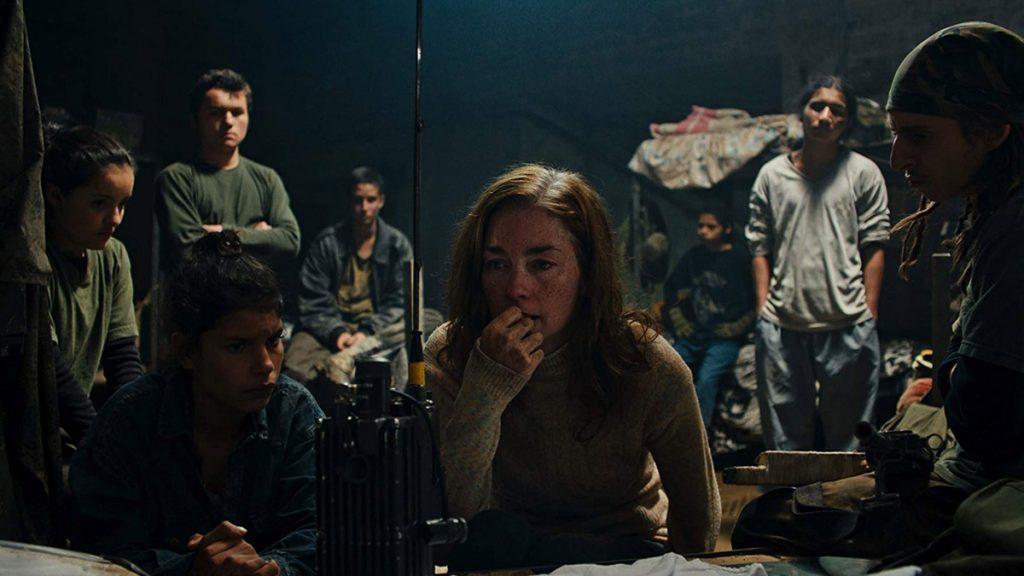 Julianne Nicholson beradu peran dengan para remaja dalam film Monos.