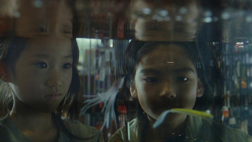 Jyo Kairi dan Miyu Sasaki dalam Shoplifters (2018)